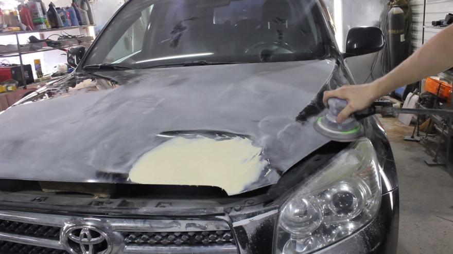 Фото поврежденного капота авто