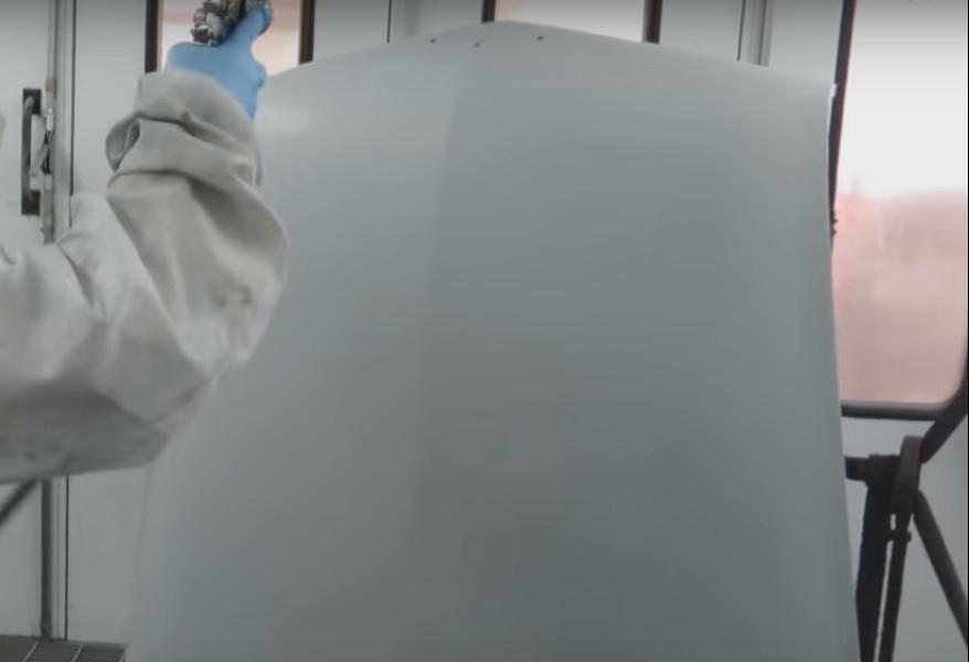 Фото процесса грунтовки капота